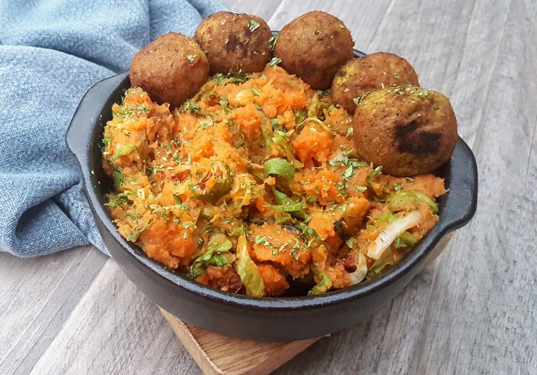 Zoete aardappel andijvie stamppot met zongedroogde tomaatjes en falafel