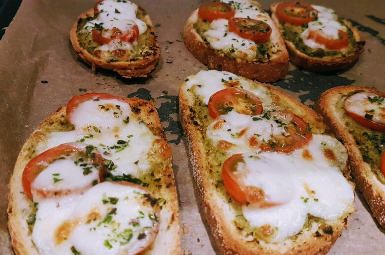 heerlijk voor erbij en nog meer: pesto-tomaat-mozzarella toast