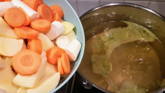 stamppotje: Peterseliewortel met rode ui-noten-dadel-appelstroop saus